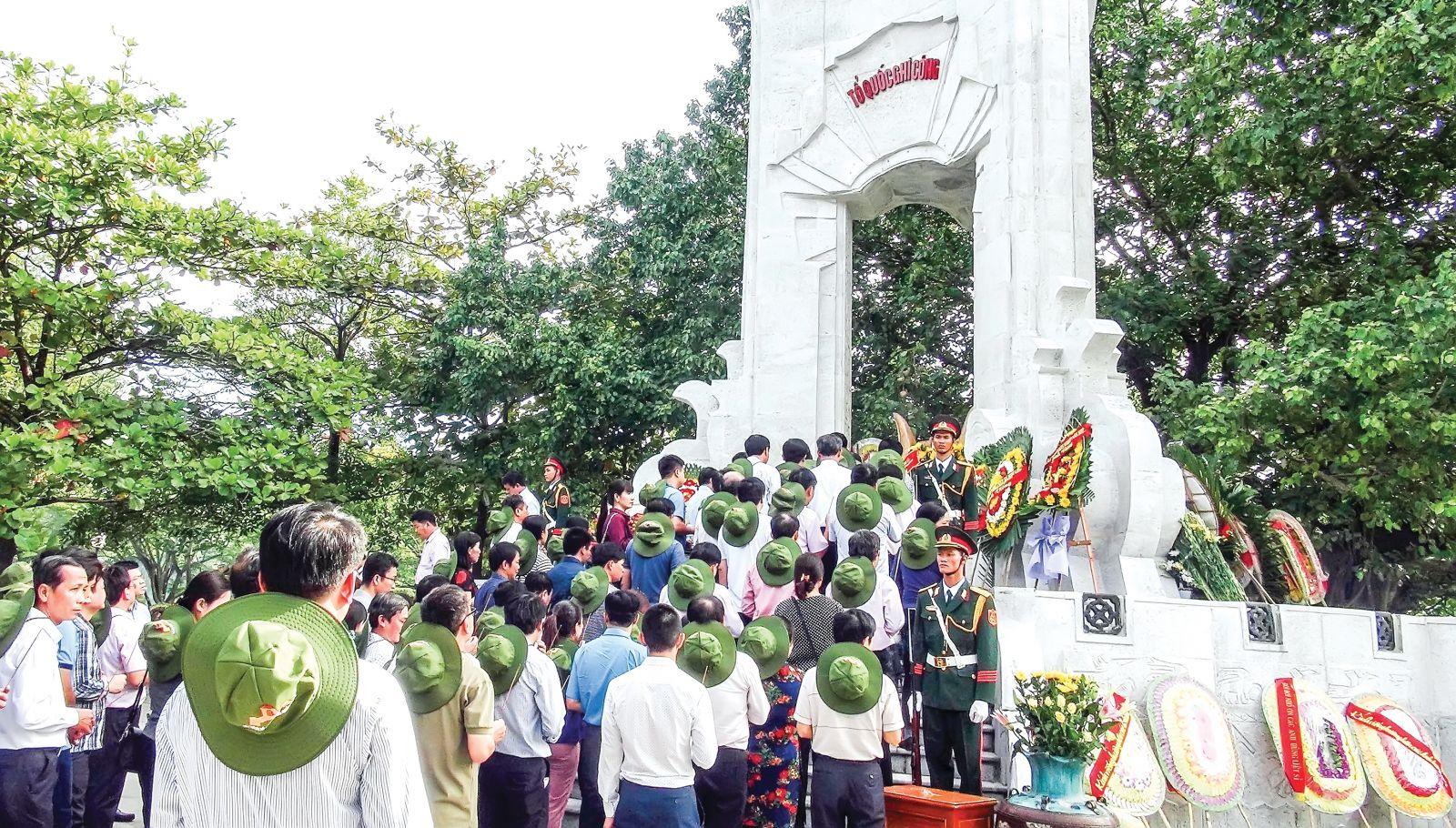 Phó Thủ tướng Vương Đình Huệ cùng đoàn công tác dâng hương tri ân các anh hùng liệt sĩ tại Quảng Trị. Ảnh: TRẦN TĨNH  (TTXVN)