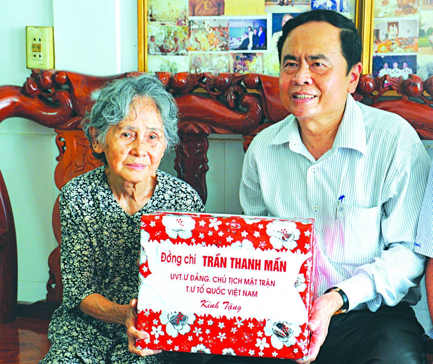 Đồng chí Trần Thanh Mẫn tặng quà các gia đình chính sách xã Thạnh Xuân.