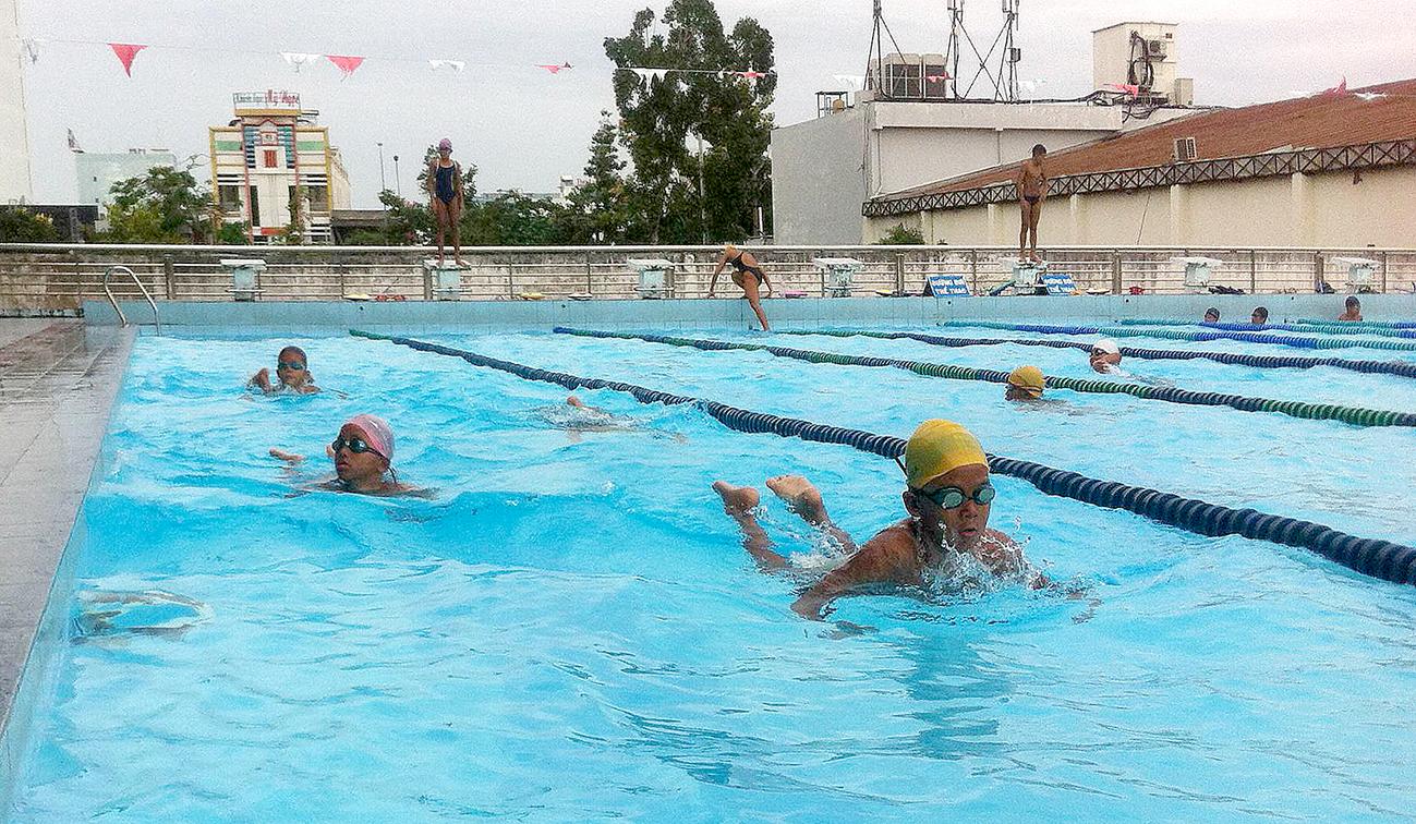 Các VĐV năng khiếu bơi lội Cần Thơ tập luyện tại hồ bơi Công an.