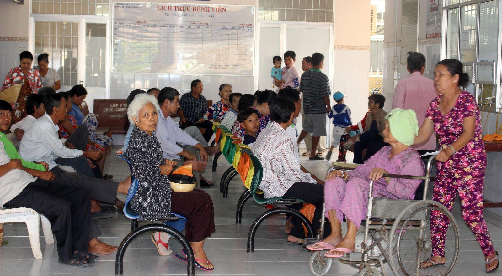 Người dân chờ đến lượt khám bệnh tại BV Đa khoa quận Ô Môn