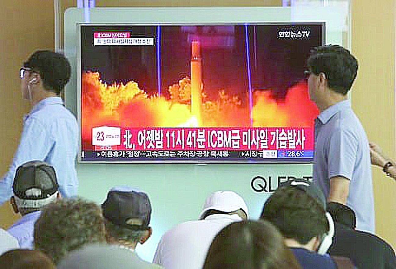 Người dân Hàn Quốc theo dõi tin tức về vụ phóng thử ICBM của Triều Tiên hôm 28-7. Ảnh: AP