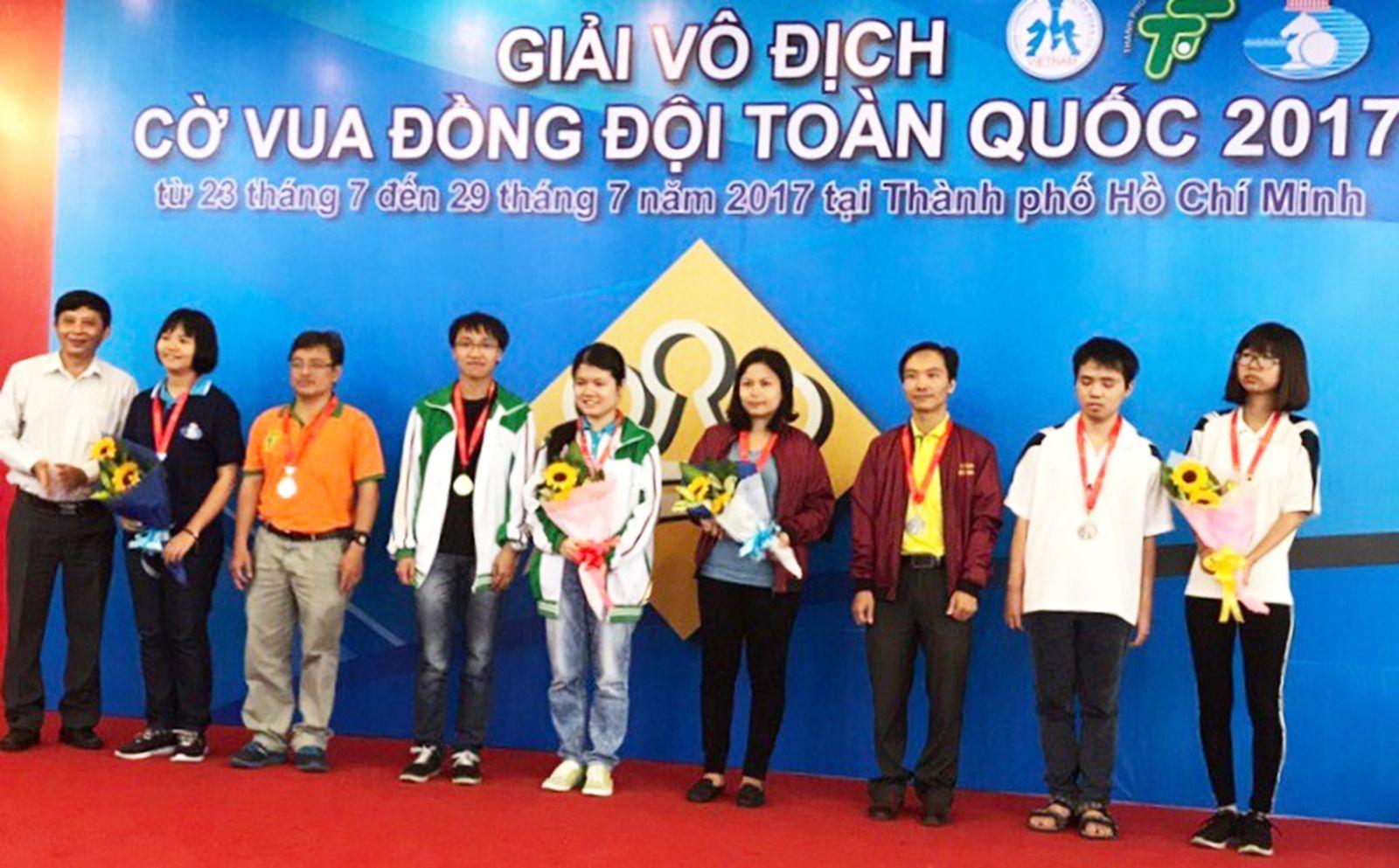 Cặp VĐV  Nguyễn Ngọc Trường Sơn - Phạm Lê Thảo Nguyên (thứ tư từ trái qua) đoạt HCV cho nội dung cờ nhanh đôi nam nữ. Ảnh: CTV