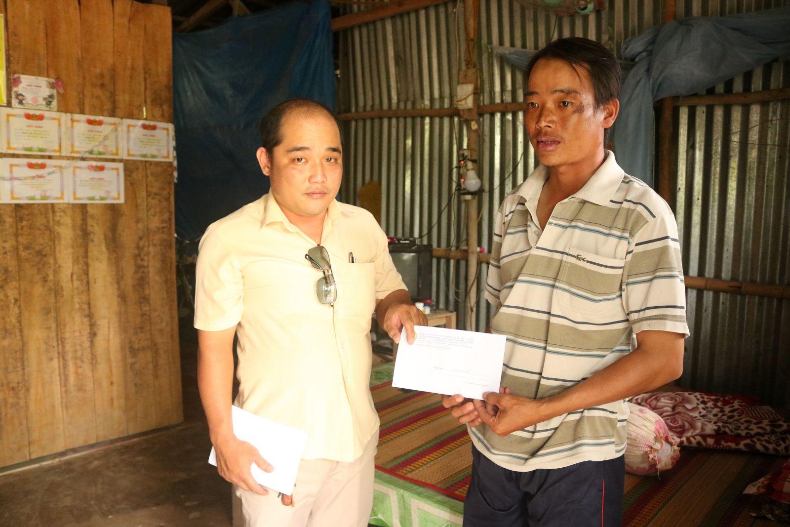 Đại diện Hội Bảo trợ bệnh nhân nghèo TP Cần Thơ trao tiền cho gia đình anh Lâm.