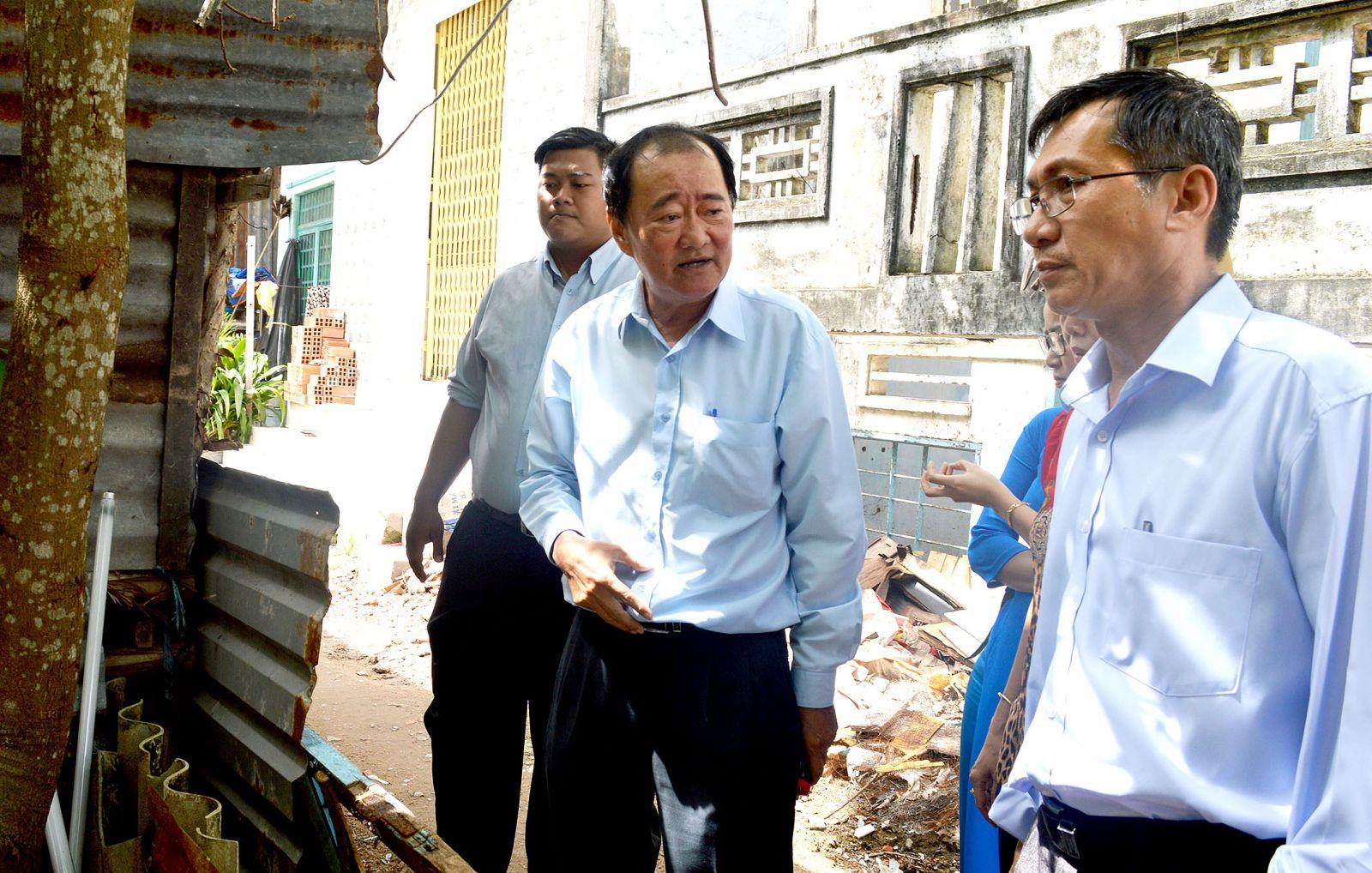 Ông Nguyễn Trung nghĩa, Phó Giám đốc Sở Y tế (thứ hai, bên trái)  kiểm tra thực địa công tác phòng, chống SXH tại quận Ninh Kiều.