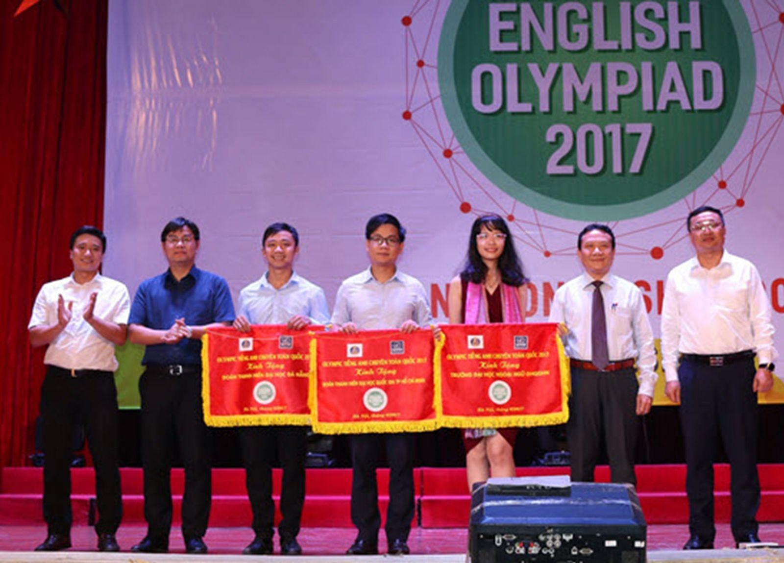 Gia Bảo (thứ ba, từ phải sang) tại cuộc thi Olympic tiếng Anh chuyên  toàn quốc năm 2017. Ảnh: CTV