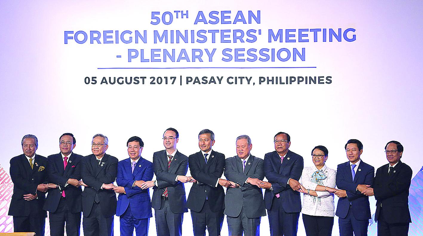 Các nhà lãnh đạo ASEAN chụp hình lưu niệm tại phiên họp AMM 50 sáng 5-8. Ảnh: Rappler