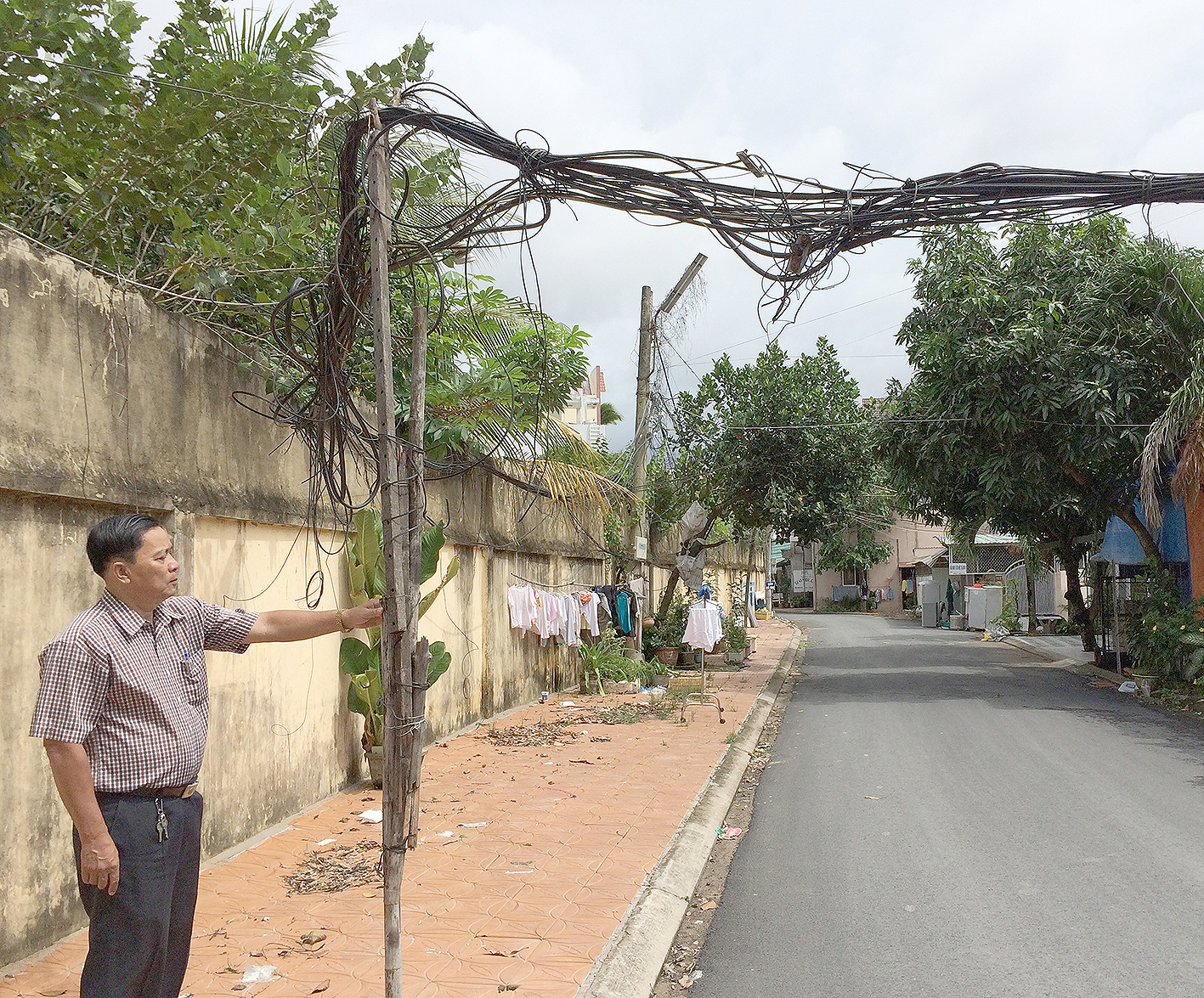 Ông Nguyễn Minh Chánh, Trưởng khu vực 7,  phường Xuân Khánh bức xúc trước sự thờ ơ của các ngành, các cơ quan chức năng.