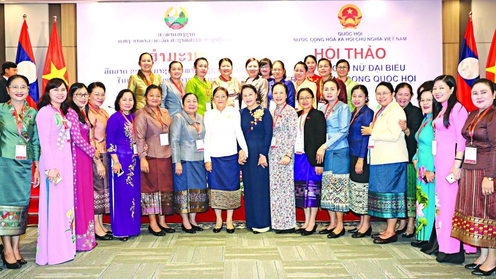 Chủ tịch Quốc hội Nguyễn Thị Kim Ngân và Chủ tịch Quốc hội Lào Pany Yathotou với các đại biểu. Ảnh: Trọng Đức - TTXVN