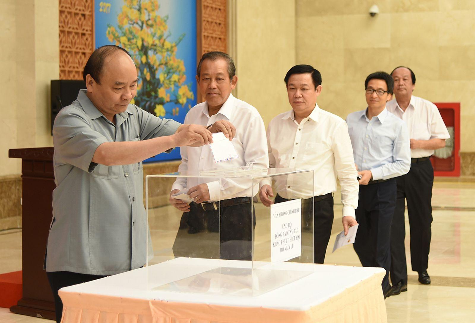 Thủ tướng Nguyễn Xuân Phúc, các Phó Thủ tướng Trương Hòa Bình, Vương Đình Huệ,  Vũ Đức Đam ủng hộ đồng bào các tỉnh Tây Bắc bị thiệt hại do mưa lũ. Ảnh: VGP/QUANG HIẾU
