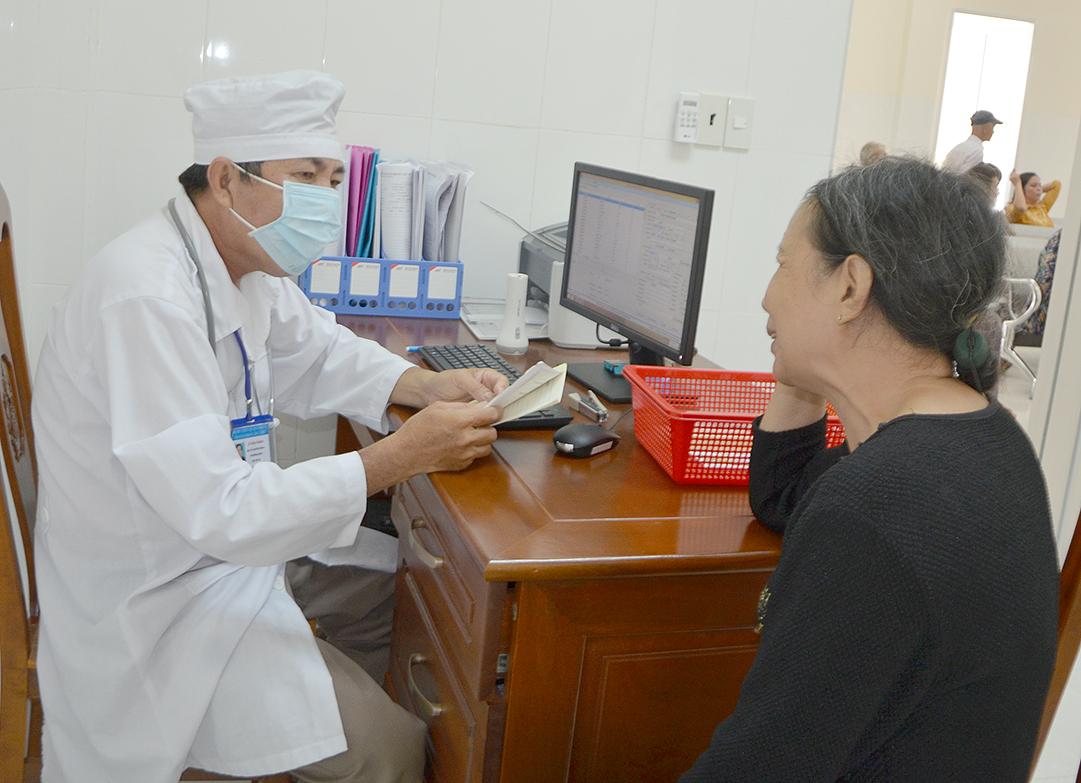Bác sĩ khám bệnh cho người dân tại Bệnh viện Quân dân y TP Cần Thơ. Ảnh: H.Hoa