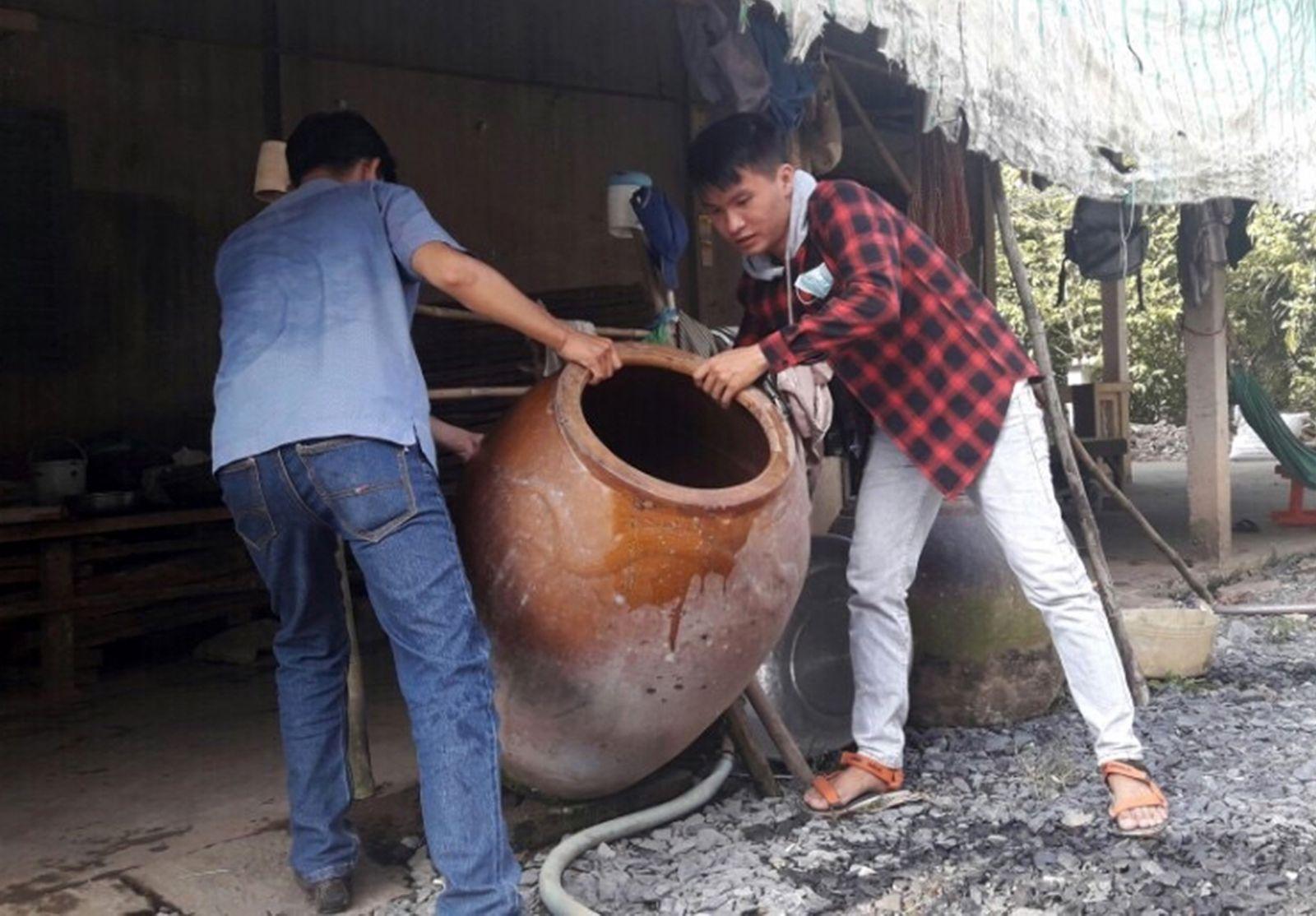 Cán bộ y tế quận Bình Thủy đổ bỏ dụng cụ chứa nước có lăng quăng tại hộ dân phường Long Hòa.