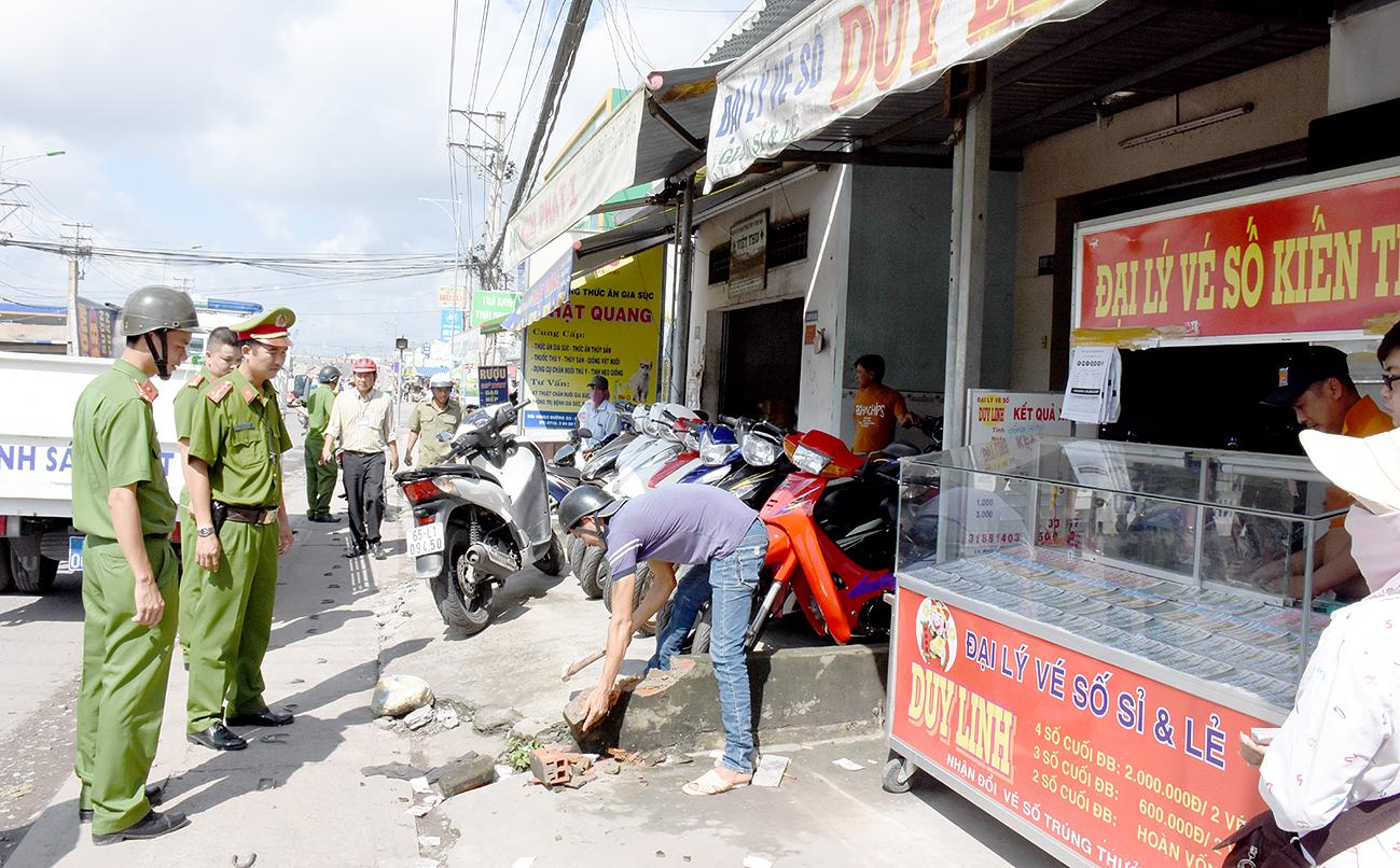 Cảnh sát trật tự Công an quận Ninh Kiều và các lực lượng chức năng phường An Bình chấn chỉnh tình trạng vi phạm TTĐT, trật tự ATGT trên tuyến đường Phạm Hùng.