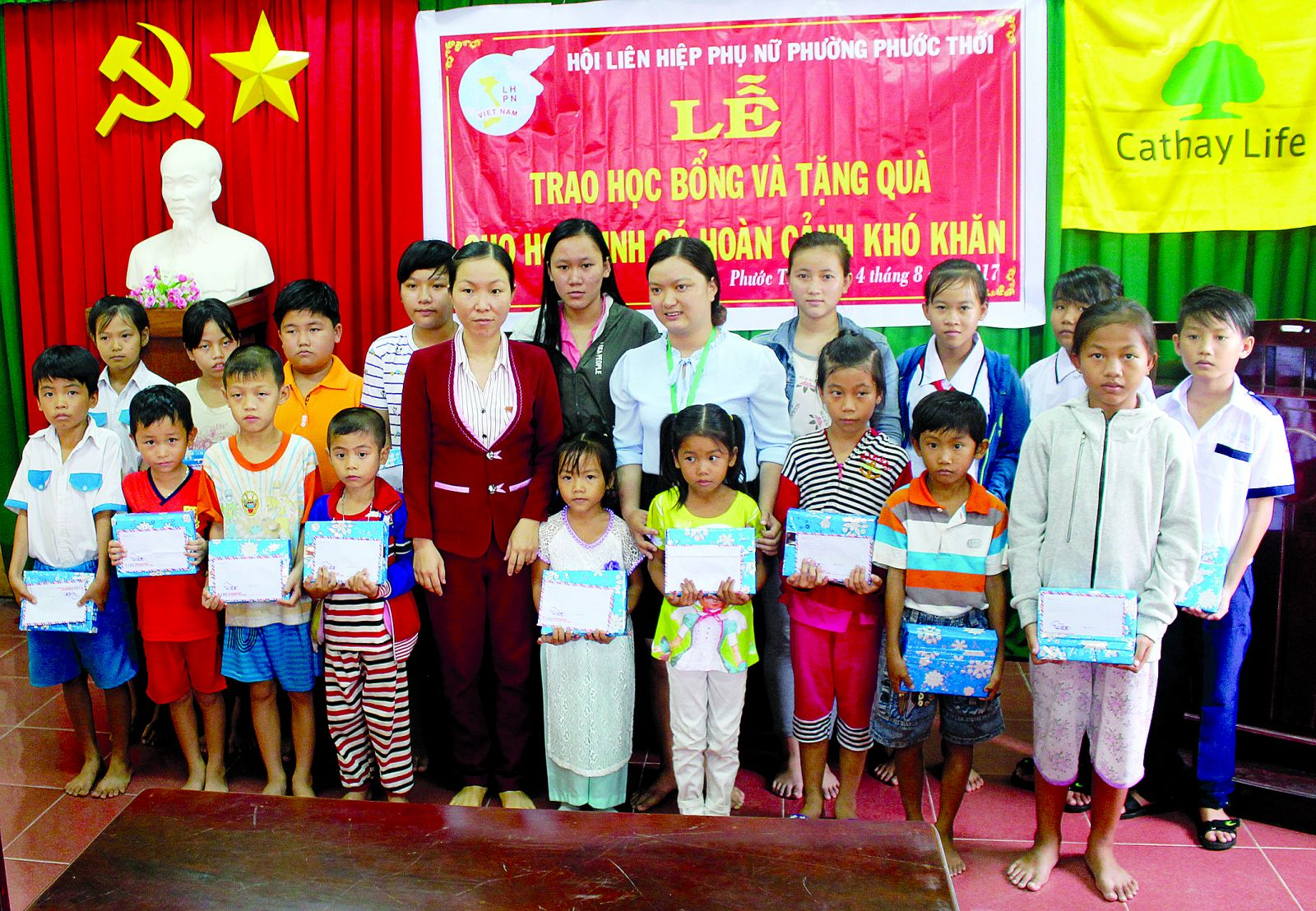 Cán bộ Hội LHPN phường Phước Thới trao quà cho các em học sinh nghèo, hoàn cảnh khó khăn.