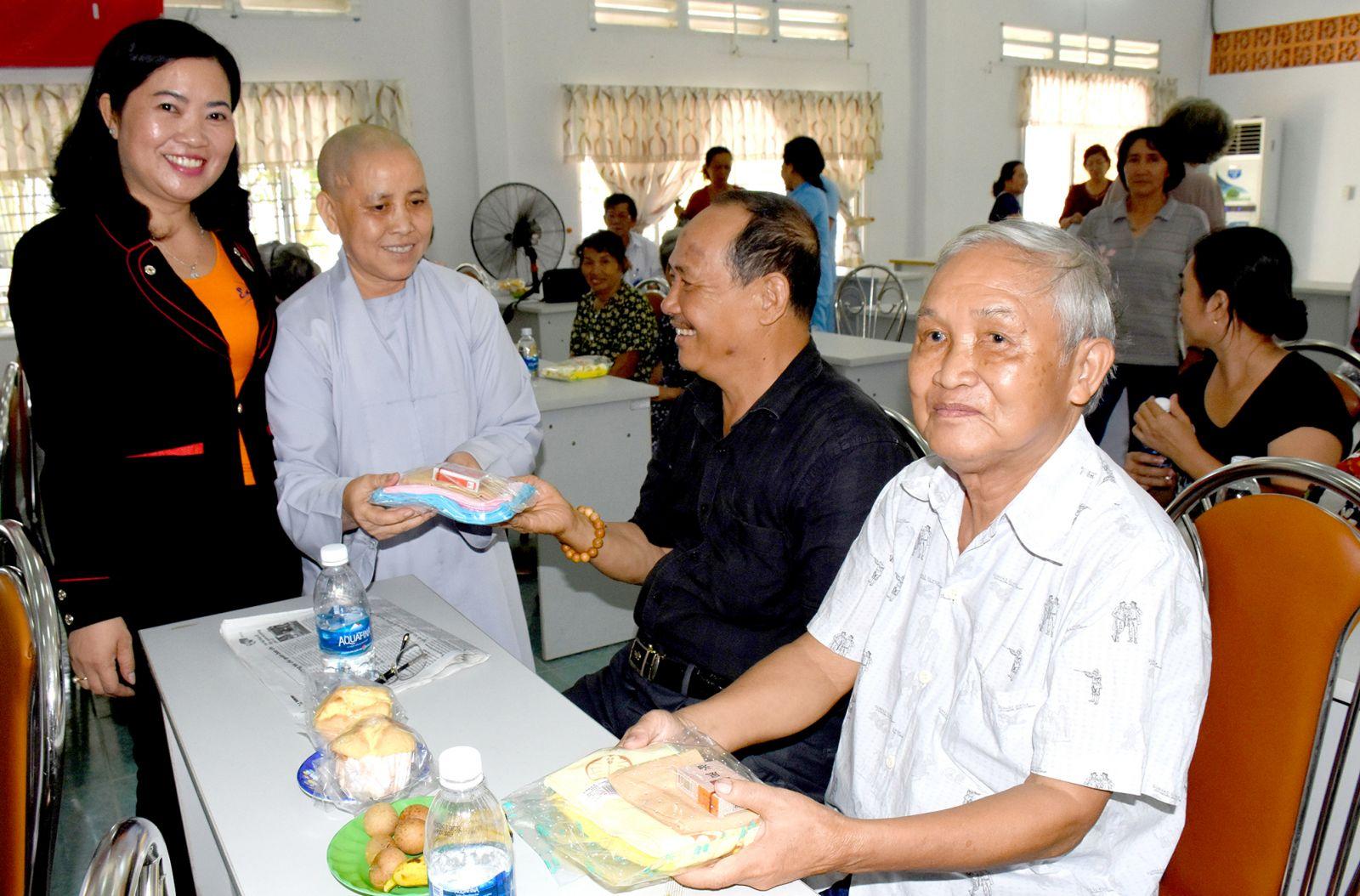 Bà Huỳnh Thanh Thảo, Chủ tịch Hội CTĐ TP Cần Thơ và Ni sư thích nữ Diệu Quý tặng quà cho các cụ tại Trung tâm.