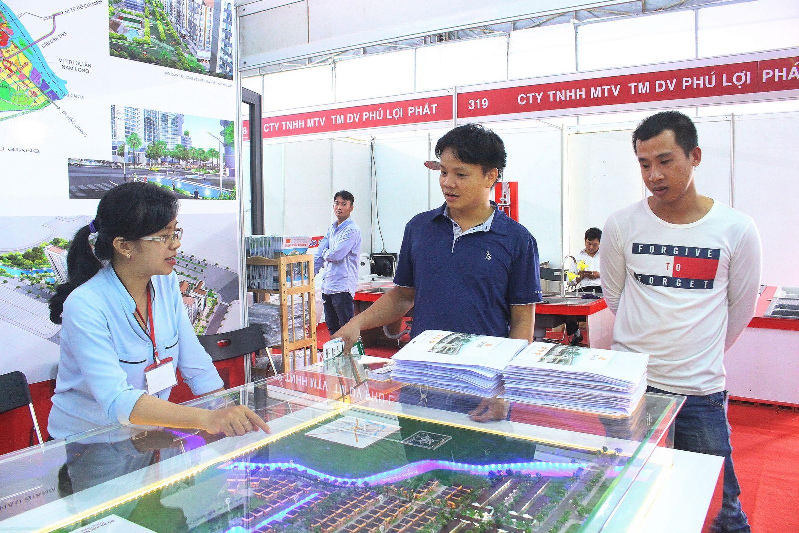 Khách hàng tham quan khu vực giới thiệu sản phẩm bất động sản của Công ty Cổ phần Đầu tư Nam Long tại Triển lãm Quốc tế Vietbuild Cần Thơ 2017.