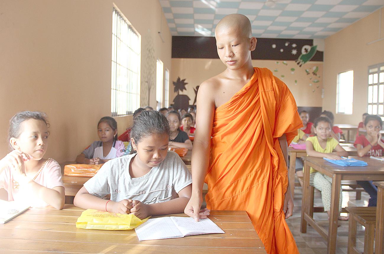 Các em học sinh tại Sóc Trăng chăm chú học chữ Khmer. Ảnh: Lý Then