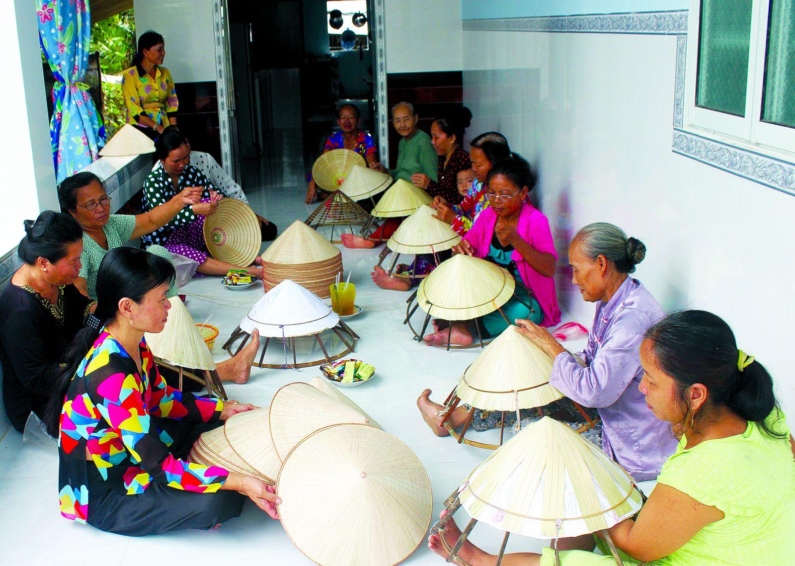 """Tổ liên kết """"Phụ nữ chằm nón lá"""" ở ấp Thới Phước, thị trấn Thới Lai giúp phụ nữ tăng thu nhập, phát triển  kinh tế gia đình."""
