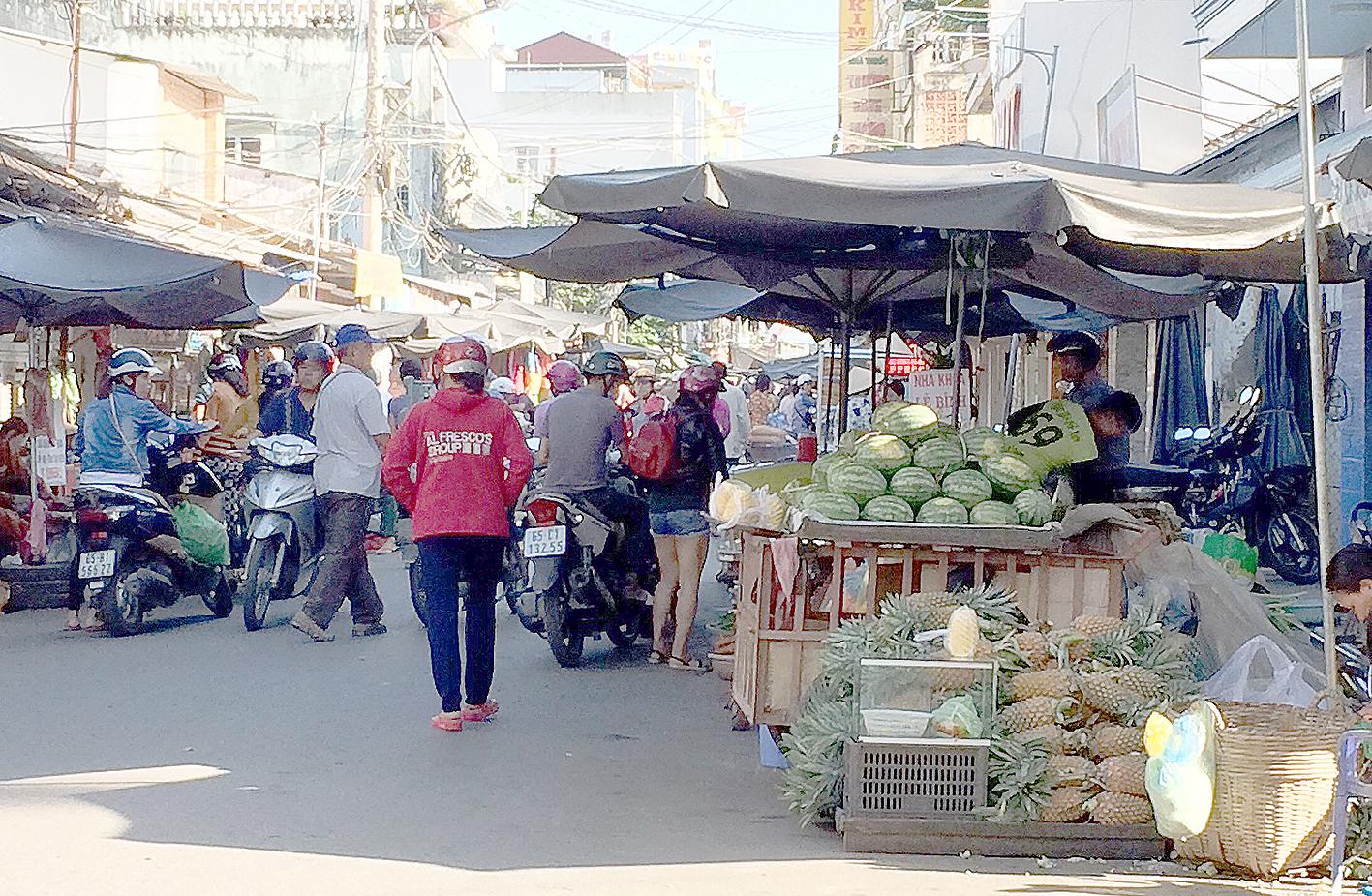 Nhiều tiểu thương lấn chiếm lòng đường ở khu vực chợ Cái Răng không đảm bảo an toàn giao thông, ảnh hưởng đến mỹ quan chợ.