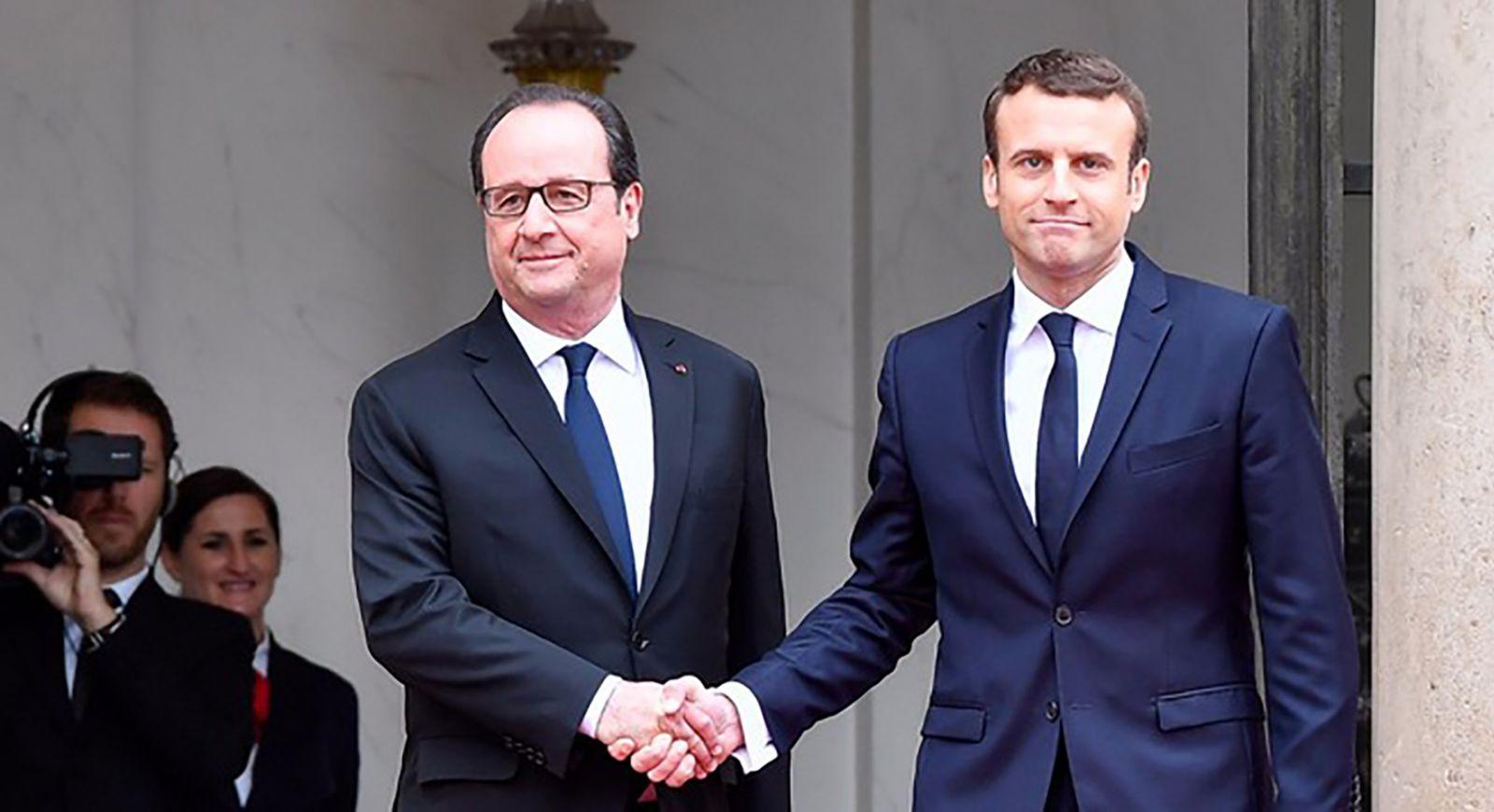 Tổng thống Macron (phải) và người tiền nhiệm Hollande. Ảnh: iTV