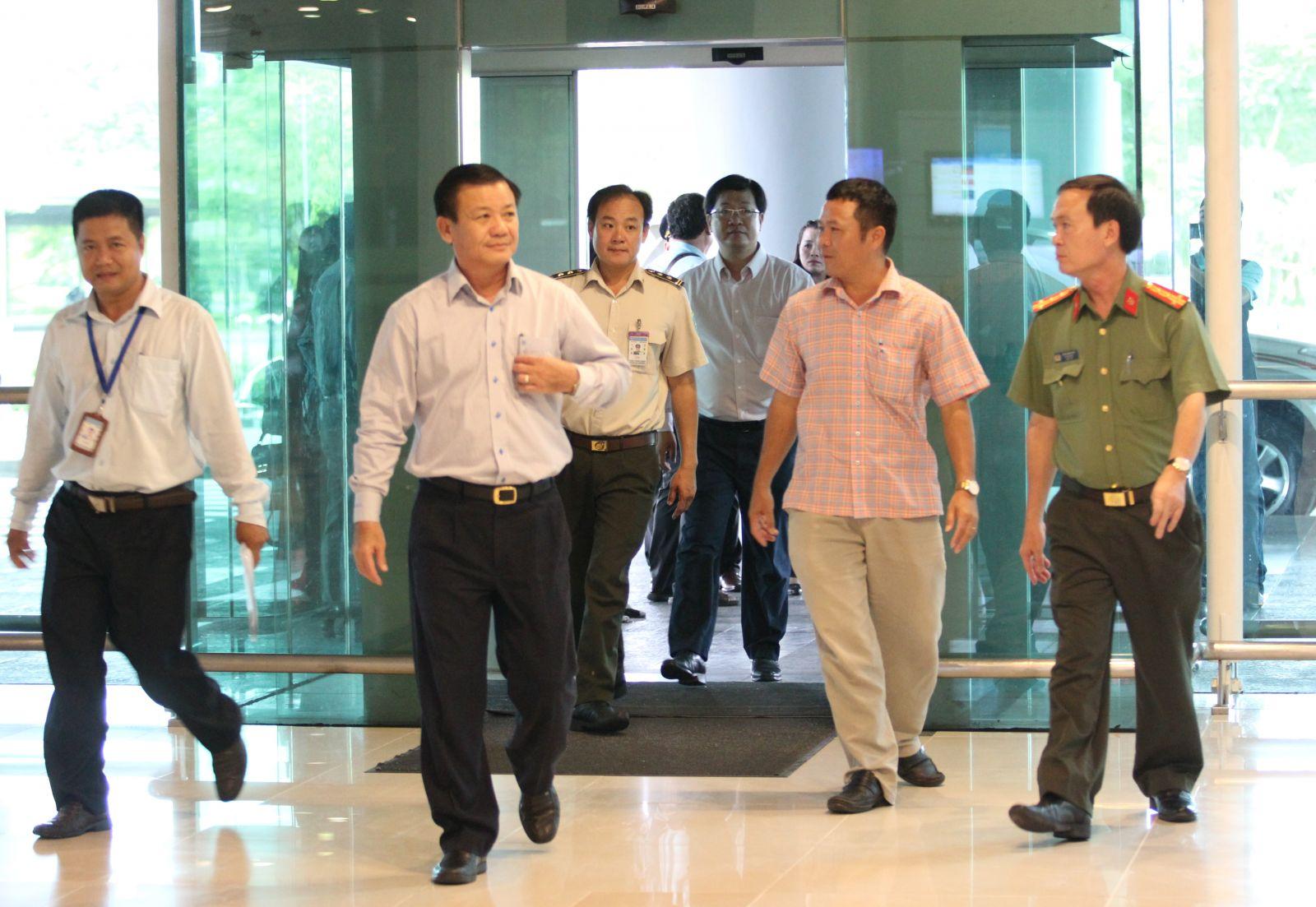 Phó Chủ tịch UBND TP Cần Thơ Đào Anh Dũng (thứ 2, bên trái qua) kiểm tra công tác chuẩn bị tại Cảng Hàng không Quốc tế Cần Thơ.