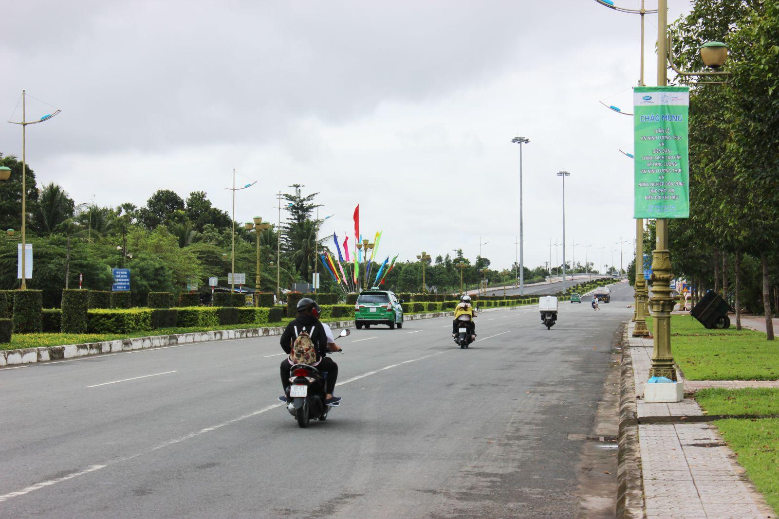 Pano, băng rôn tuyên truyền APEC đã được treo trên đường Võ Văn Kiệt.