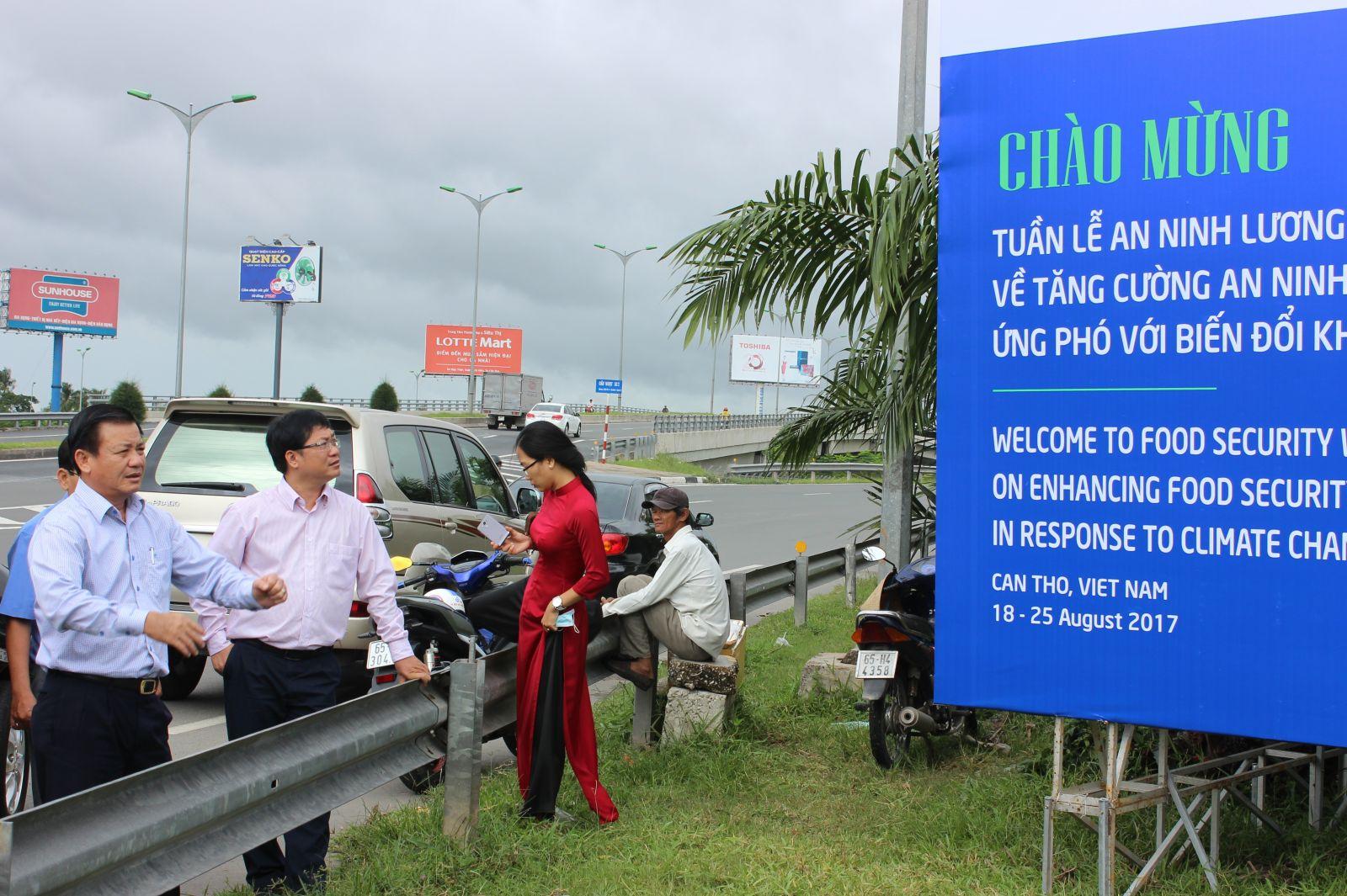 Phó Chủ tịch UBND TP Cần Thơ Đào Anh Dũng (bìa trái) kiểm tra treo pano tại nút giao IC3.
