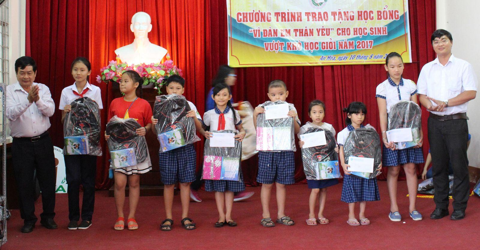 Học sinh có hoàn cảnh khó khăn được Đoàn phường An Hòa, quận Ninh Kiều tặng tập, sách và học bổng. Ảnh: CTV