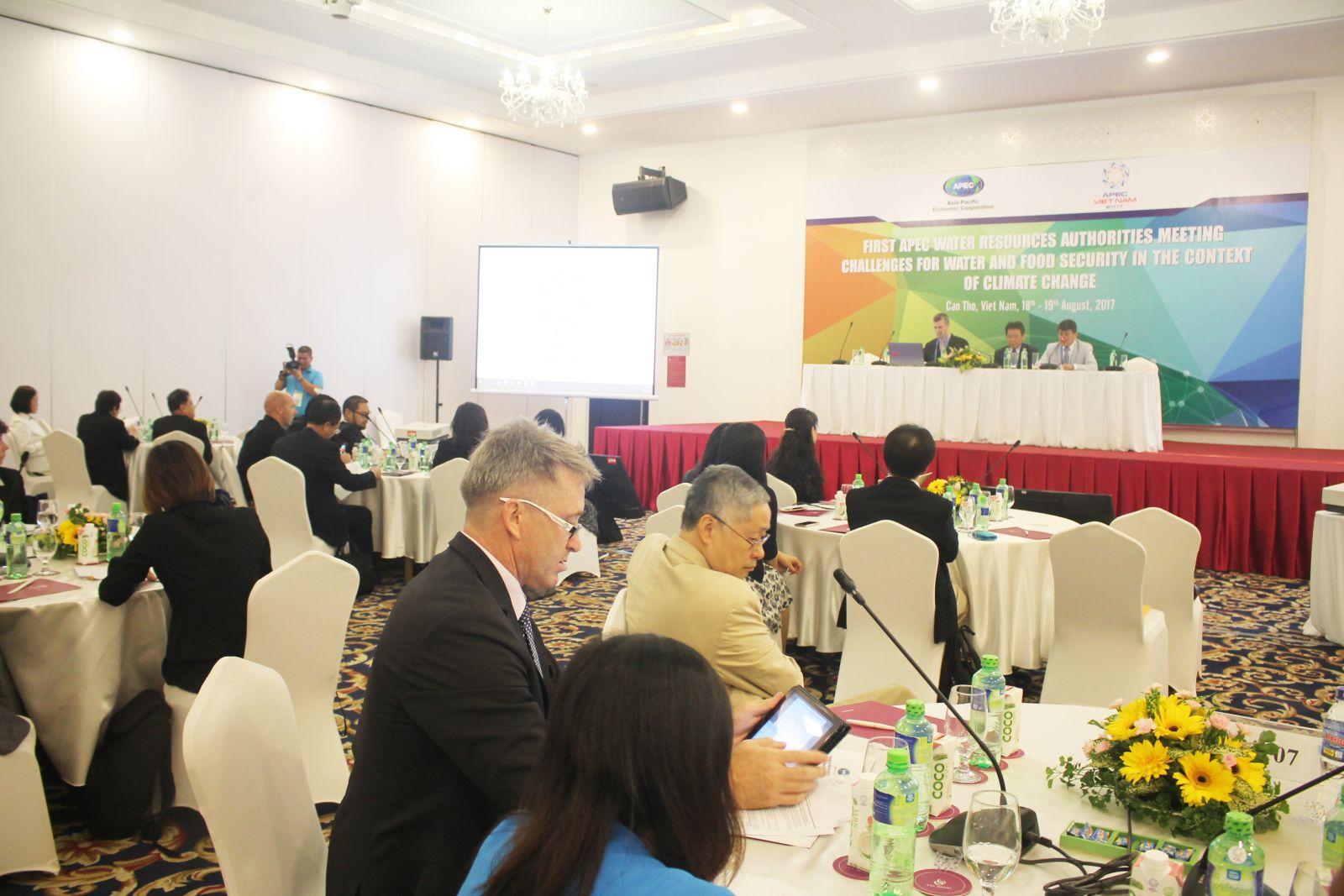 Nhóm Diễn đàn đối tác chính sách về An ninh lương thực cùng tham gia thảo luận tại Hội thảo. Ảnh: Văn Công