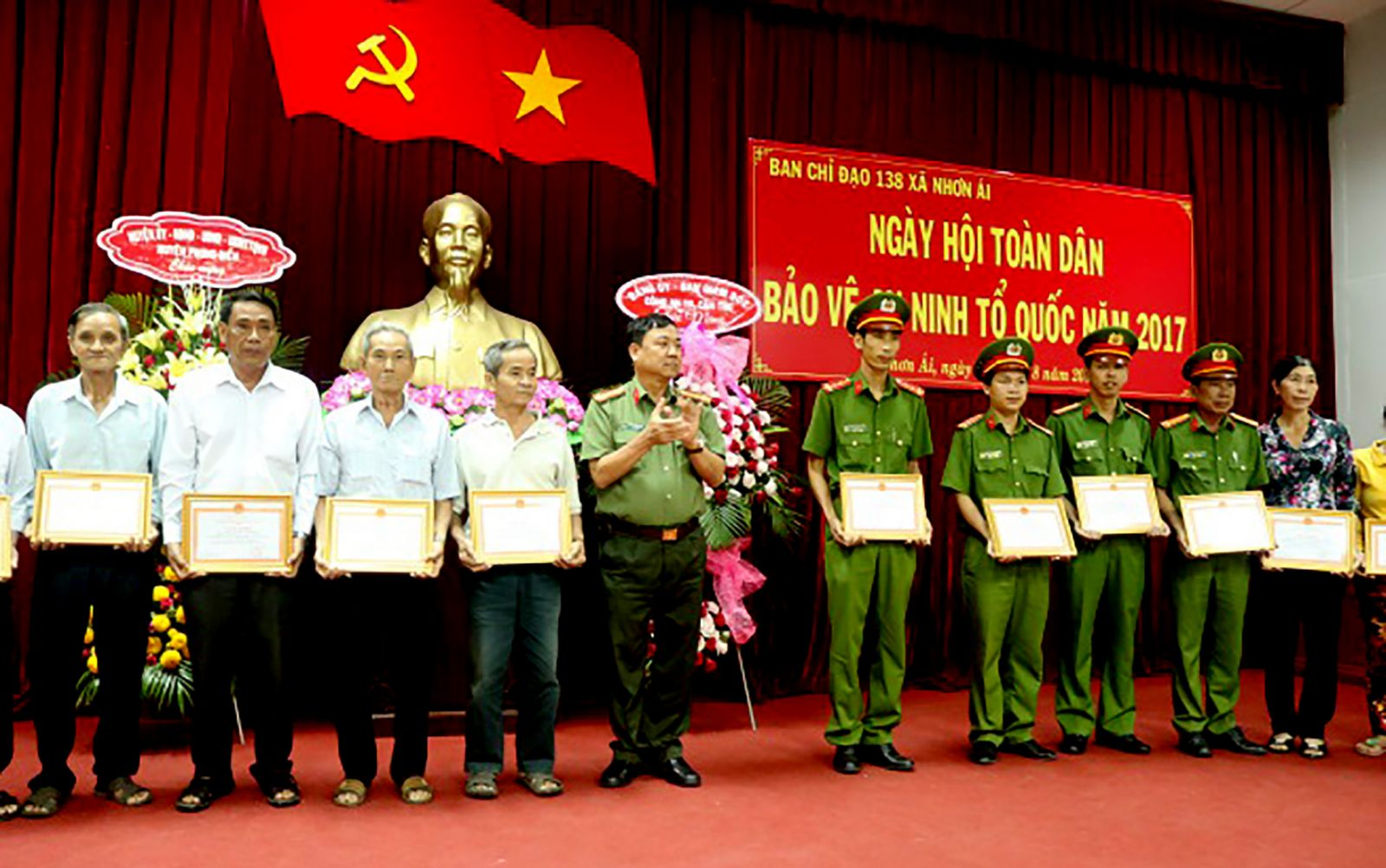 Đại tá Trần Ngọc Hạnh, Giám đốc Công an TP Cần Thơ trao Giấy khen của Giám đốc Công an thành phố cho các cá nhân đạt thành tích tốt trong phong trào TDBVANTQ ở xã Nhơn Ái, huyện Phong Điền.