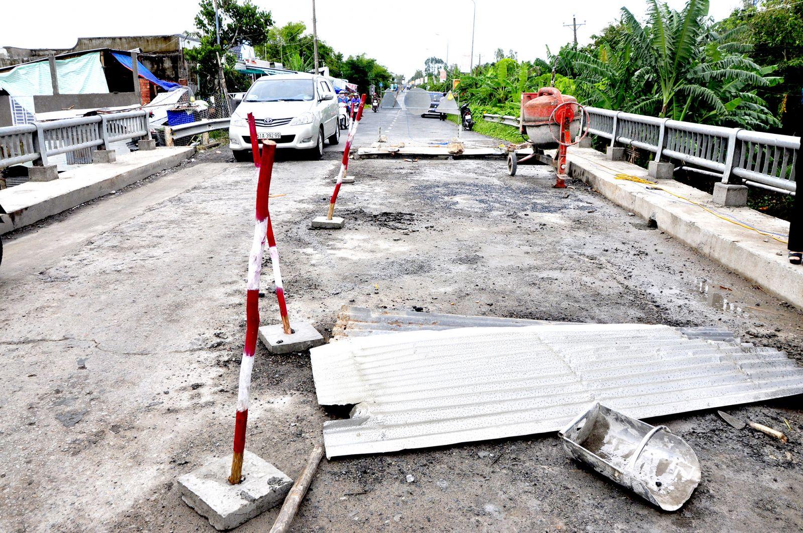 Công trình thi công bề bộn, gây cản trở lưu thông trên cầu Quản Hên, thuộc  xã Thạnh Tiến.