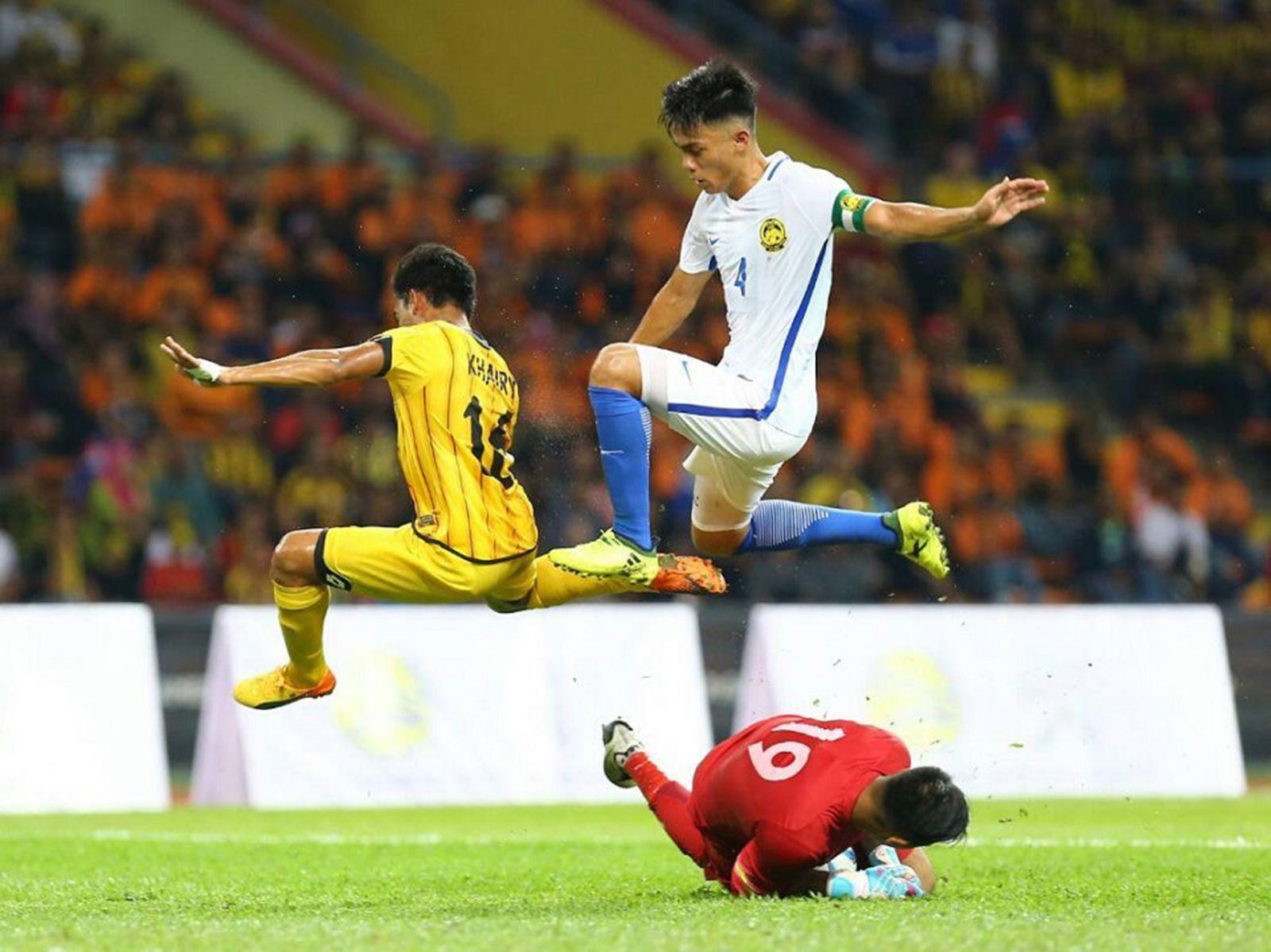 Cầu thủ Brunei (số 4) uy hiếp khung thành U22 Malaysia trong thế trận ngang ngửa ở ngày đầu ra quân. Ảnh: AFC