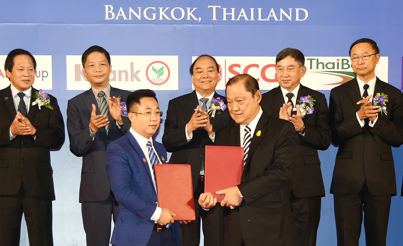 Thủ tướng Nguyễn Xuân Phúc và Phó Thủ tướng Thái Lan Prajin Juntong chứng kiến doanh nghiệp hai nước trao đổi thỏa thuận hợp tác. Ảnh: QUANG HIẾU (VGP)