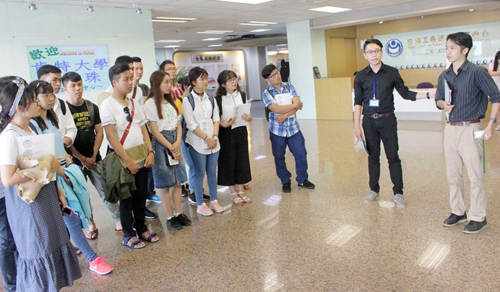 Sinh viên Trường Đại học Cần Thơ tham quan Trung tâm nghiên cứu và phát triển ngành kim loại, Đại học quốc gia Ứng dụng khoa học Cao Hùng (Đài Loan). Ảnh: Đoàn Trường Đại học Cần Thơ cung cấp.