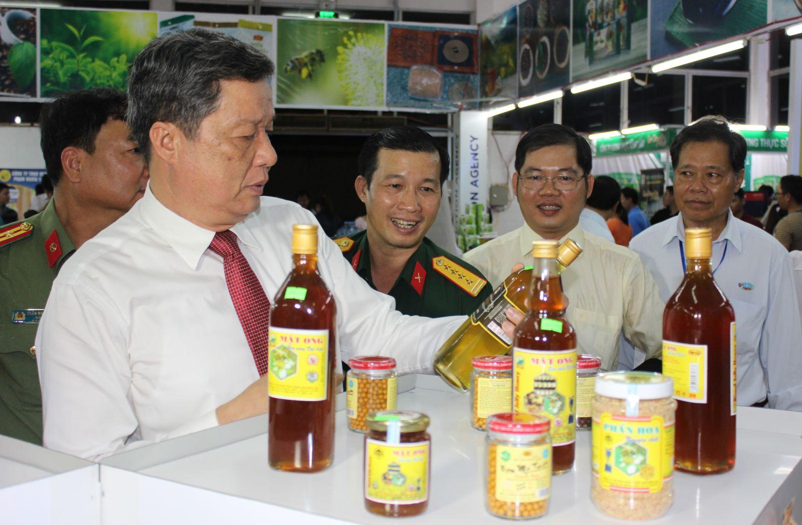 Lãnh đạo TP Cần Thơ tham quan gian hàng hội chợ. Ảnh: ANH KHOA