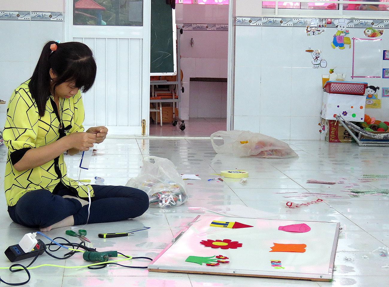 Giáo viên Trường MN Nhơn Nghĩa (huyện Phong Điền) trang trí phòng học, chuẩn bị đón trẻ năm học mới 2017-2018.