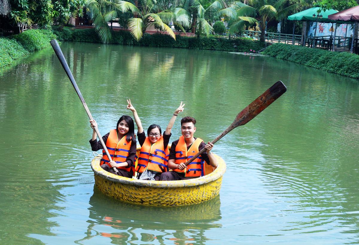 Du khách trải nghiệm bơi thuyền thúng tại Bảo gia trang viên. Ảnh: KIỀU MAI