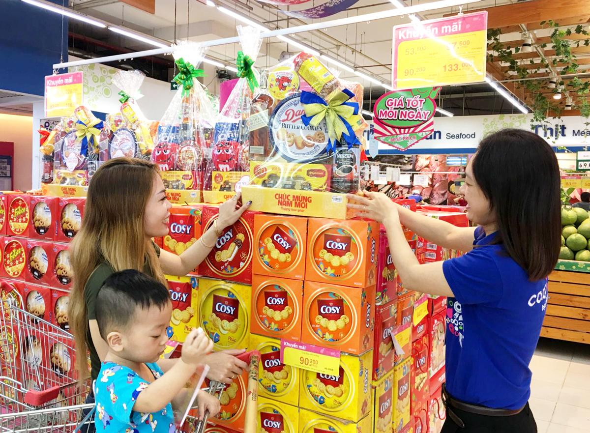 Khách hàng chọn mua giỏ quà Tết tại Siêu thị Co.opmart Cần Thơ.