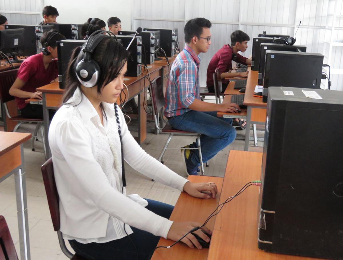 Sinh viên Trường ĐH Kỹ thuật- Công nghệ Cần Thơ học ngoại ngữ trên máy tính.
