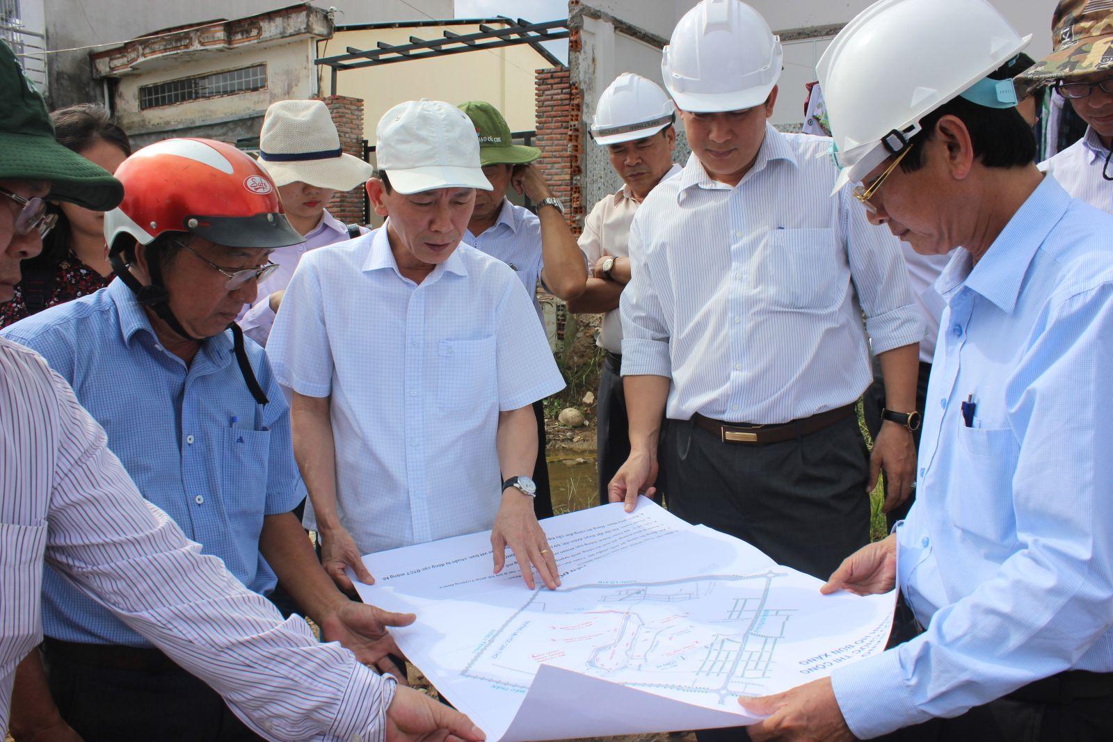 Chủ tịch UBND TP Cần Thơ Võ Thành Thống kiểm tra công trình Hồ Bún Xáng.