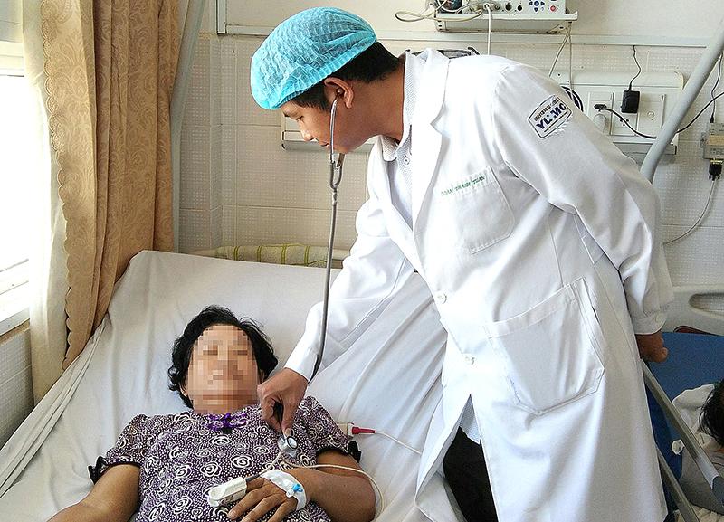 Bác sĩ thăm khám cho bệnh nhân can thiệp mạch vành. Ảnh: THU SƯƠNG