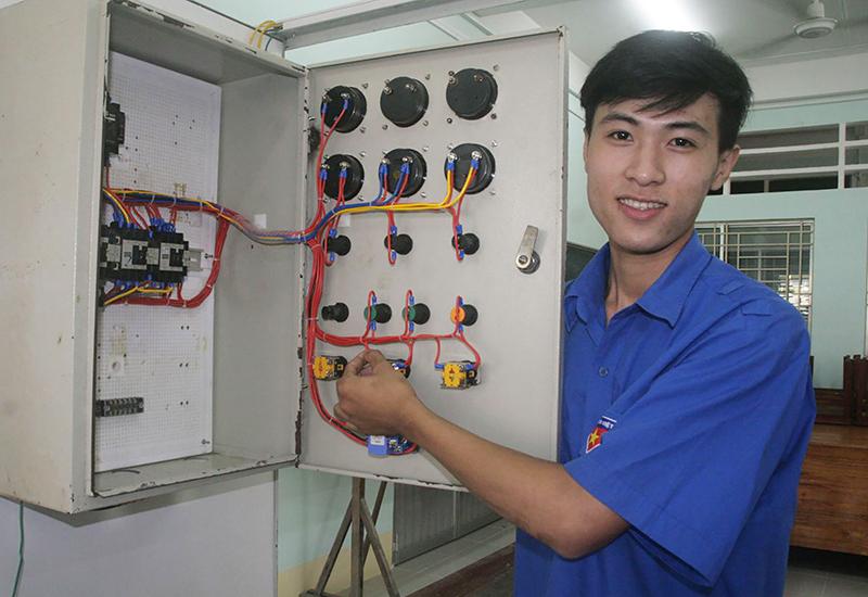 Trương Văn Giàu bên tủ điện tự lắp đặt.