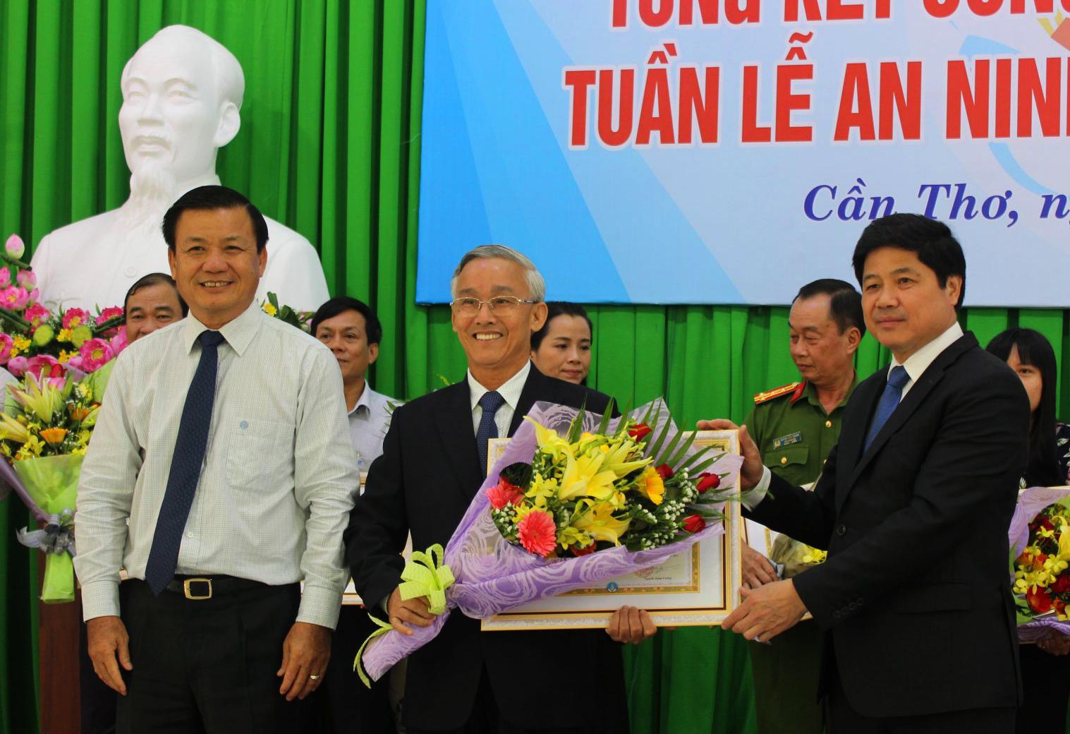 Lãnh đạo Bộ NN&PTNT và TP Cần Thơ trao bằng khen cho các tập thể có thành tích xuất sắc trong tổ chức hội nghị APEC tại TP Cần Thơ. Ảnh: ANH KHOA