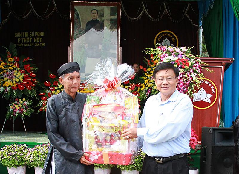 Ông Mai Văn Sáu, Phó Chủ tịch Ủy ban MTTQ Việt Nam TP Cần Thơ (bên phải) tặng quà cho Ban Trị sự Giáo hội Phật giáo Hòa Hảo phường Thốt Nốt, quận Thốt Nốt.