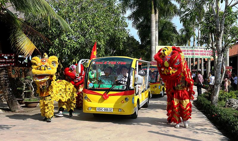 Dịch vụ xe điện Mỹ Khánh chính thức hoạt động, đưa khách tham quan các tuyến điểm trên địa bàn thành phố Cần Thơ.