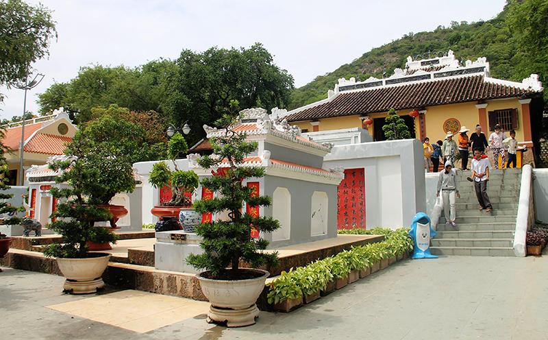 Khu lăng mộ Thoại Ngọc Hầu - một trong những điểm du lịch văn hóa - tâm linh thuộc Khu DLQG Núi Sam - thu hút rất đông du khách. Ảnh: DUY KHÔI