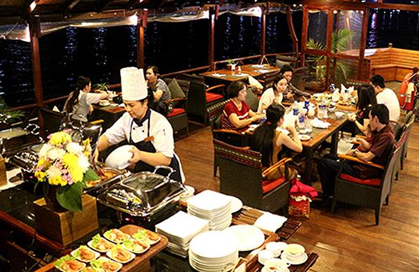 Du khách dùng tiệc buffet và thưởng ngoạn Cần Thơ về đêm trên du thuyền Lady Hau. Ảnh: ÁI LAM