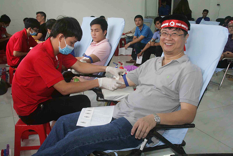 """Đồng chí Trương Quang Hoài Nam, Phó Chủ tịch UBND TP Cần Thơ đến ủng hộ Ngày """"Chủ nhật đỏ"""" và tham gia hiến máu tình nguyện. Ảnh: Q. THÁI"""