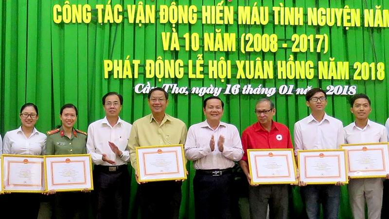 Các tập thể, cá nhân nhận bằng khen của Trung ương Hội Chữ thập đỏ. Ảnh: H.HOA