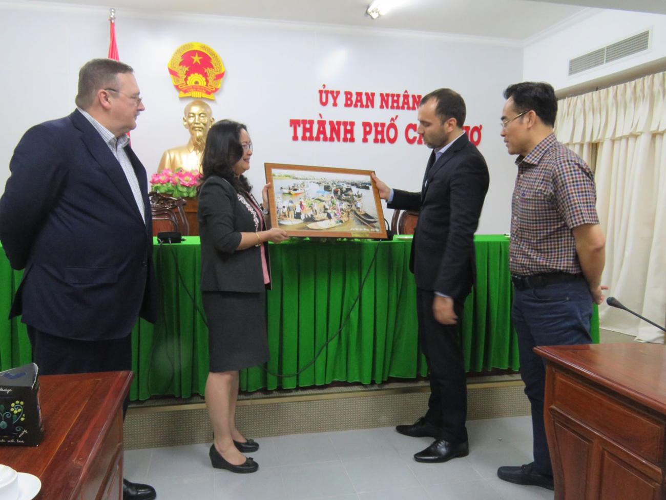 Bà Võ Thị Hồng Ánh tặng tranh lưu niệm cho Ngài Joó István.