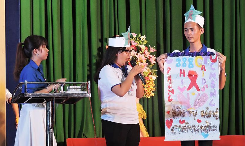 Sinh viên Trường Đại học Cần Thơ với phần thi xé - dán tranh cổ động tại Hội thi phòng, chống ma túy và HIV năm 2018. Ảnh: THẢO MỘC